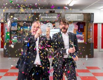 Glückliche Preisträger: Schulleiter Björn Lengwenus und Kulturagent Matthias Vogel in der Stadtteilschule Alter Teichweg, Foto: Miguel Ferraz
